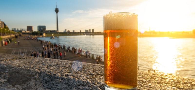 CityGames Düsseldorf: Biergrüßung auf der Sightseeing Party Tour