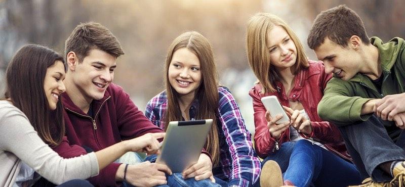 CityGames Düsseldorf: Eine Gruppe Jugendlicher bei der Schüler Tour tauscht sich aus