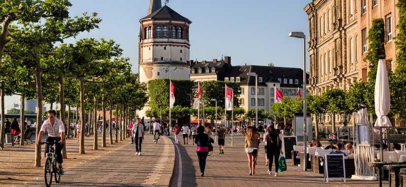 CityGames Düsseldorf: Foto von einer Student Tour aus der Altstadt mit Restaurants und schönen alten Fassaden